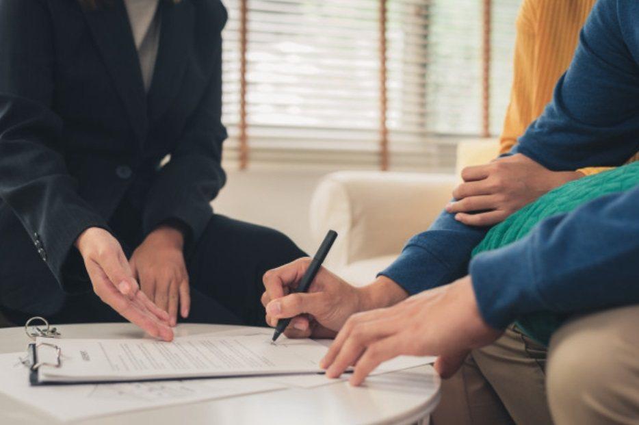書面契約內通常會有個「提前終止租約條款」,如果房東勾選「不得終止」或直接略過不做...