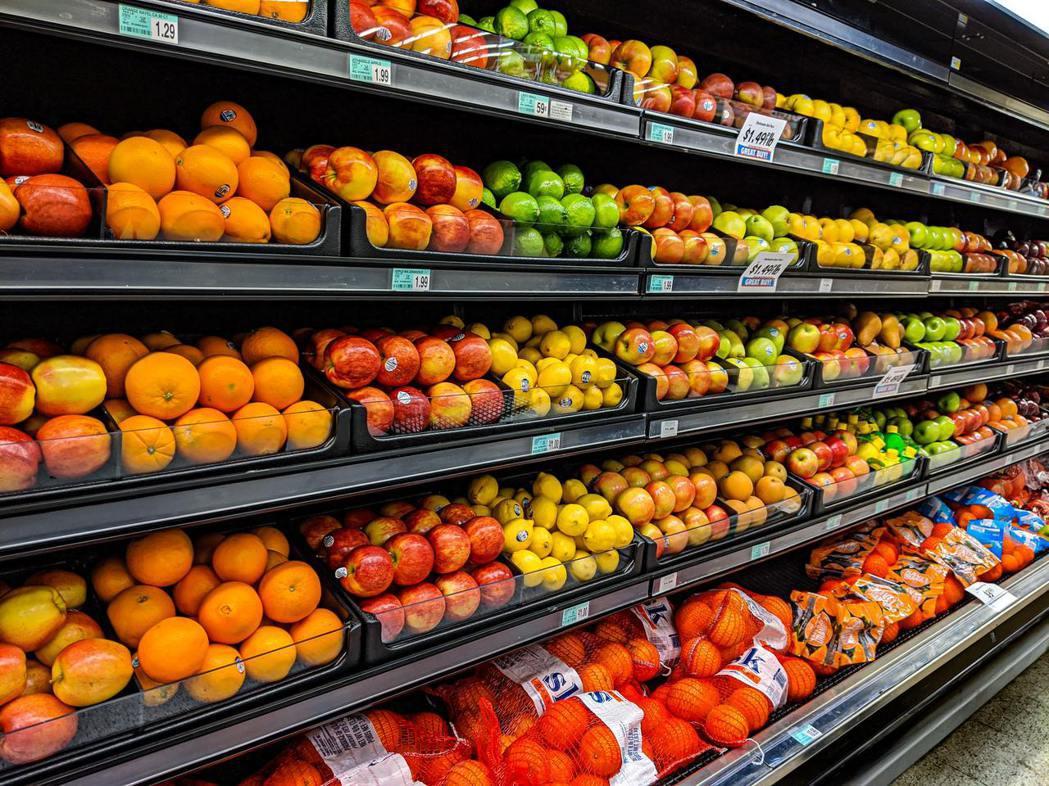 如今消費者也重視食品包裝、運送、購買等製程,所造成的全球塑膠與包材污染問題。 圖...