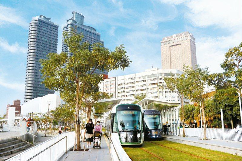 ↑輕軌路線拉長、站數增加,通勤、通學、探訪景點更便利。圖/高雄市政府提供