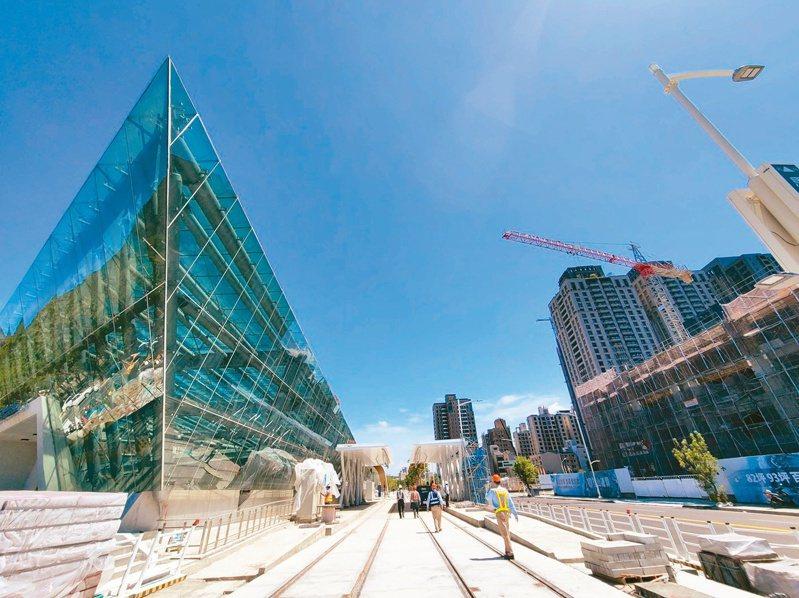 ↑高雄輕軌計畫正如火如荼推進,目標是美術館到博愛路段2022年底完工,2023年底全線通車。圖/高雄市政府提供