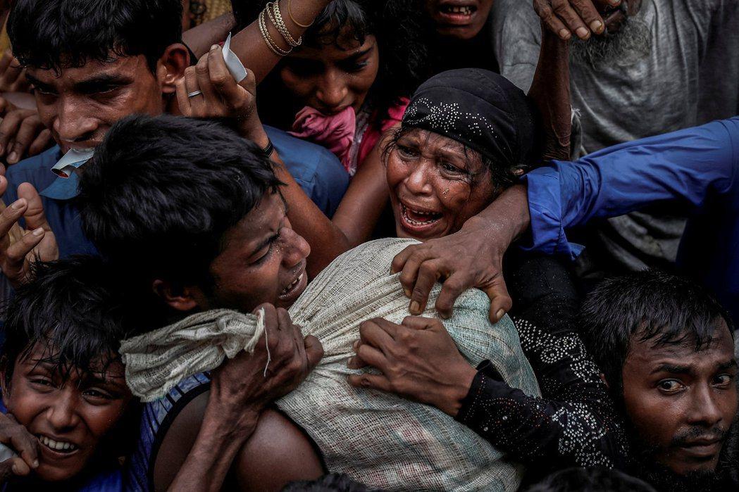 此圖為2018年路透社普立茲得獎作品組,圖為2017年的爭取救援物質的羅興亞難民...