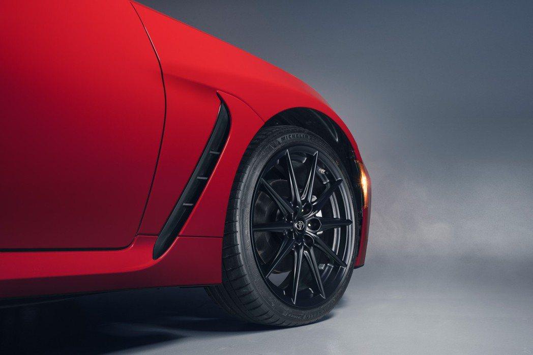 Premium車型則是升級為18吋鍛造鋁圈,標配的輪胎則為Michelin Pi...