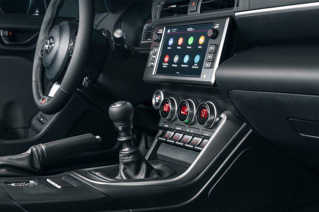 標配了8吋中控液晶螢幕支援Apple CarPlay和Android Auto。...