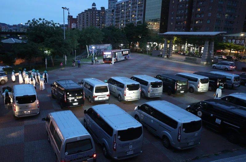 十餘輛長照計程車在板樹體育館一字排開,27日將新冠肺炎疫情隔離期滿、健康無虞的民...