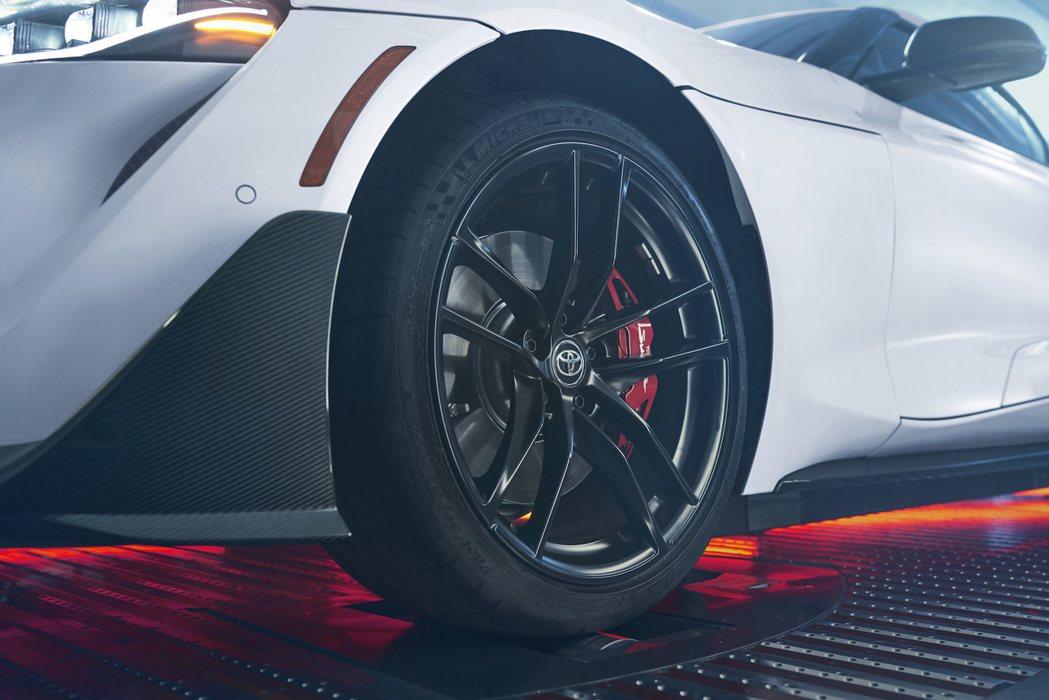 標配19吋消光黑鋁圈與Brembo煞車卡鉗。 圖/Toyota提供