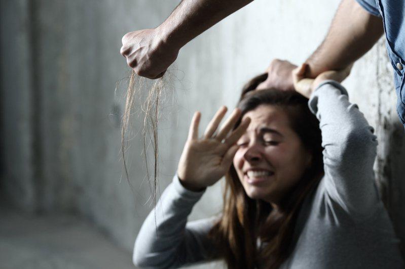 日本一位太太懷孕期間受到丈夫毆打,小孩子出生後仍經常被暴力相向,最終毅然決定離婚。示意圖,非當事人及事物。圖片來源/ingimage