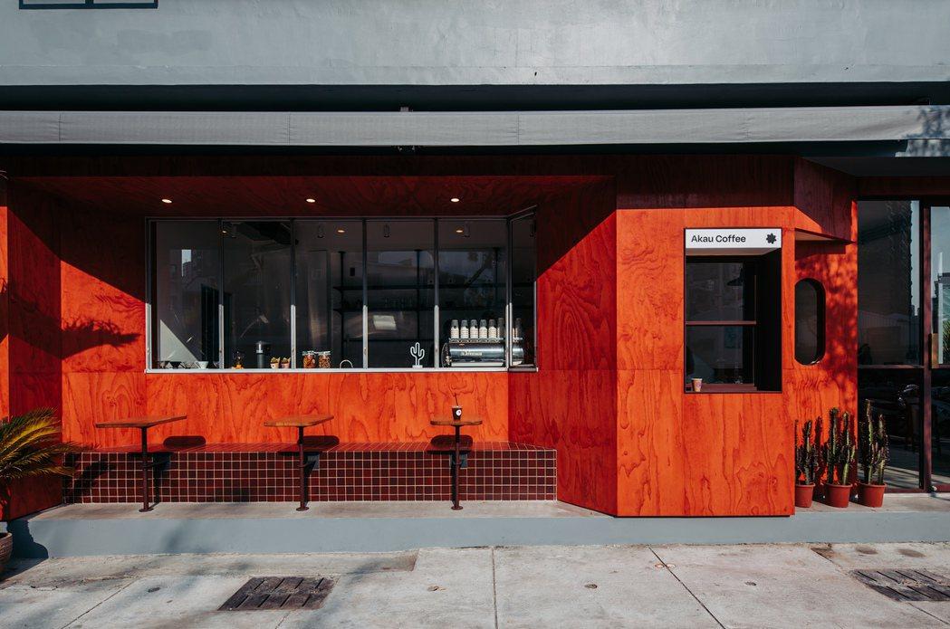 鮮明的橘紅門面,外帶窗台和戶外座位區大方俐落,在內縮角度與材料選用搭配上有許多細...