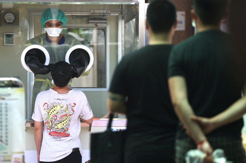 全球新冠大流行看似趨緩,卻正在惡化。圖為台灣台北市醫護人員給民眾作快篩檢測。(路透)