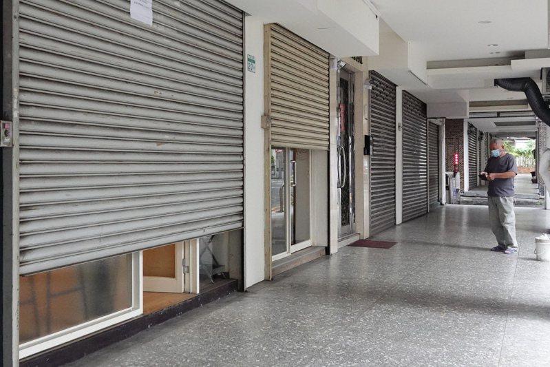 圖為天母商圈氣氛冷清,許多店家暫停營業減少損失。記者林伯東/攝影