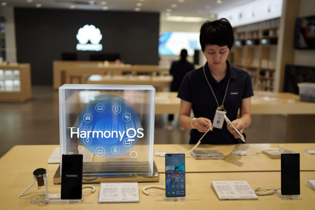6月3日,雲南昆明,一家華為體驗店的員工在整理、擺放手機。 中新社