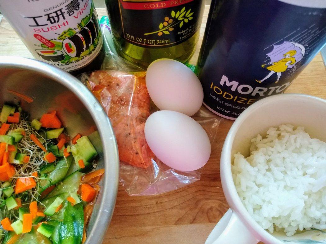 圖文:美國番媽/食譜/蛋包鮭魚菜飯