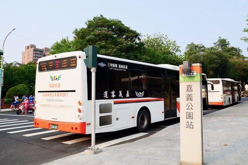 從高鐵嘉義站,搭乘往嘉義市的BRT路線,終點站是嘉義公園。