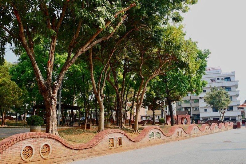 嘉義公園裡到處都有這種紅磚拱門,有特色。