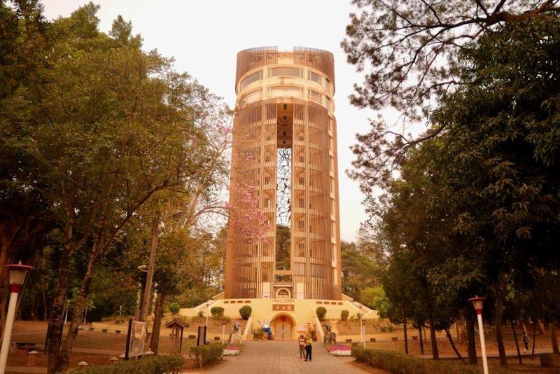 射日塔:嘉義代表景點之一,高度62公尺的「射日塔」,造型取之於阿里山神木,褐色鋁條之紋理似神木之外皮,至中間留有高40公尺的「一線天」,內部設有取材自原住民「射日神話」的青銅雕刻,此優美神話闡示人類繼往開來的傳承精神,富有振奮人心的社教意義。入口處有象徵臺灣守護神的雲豹銅雕一對,塔的底層為「忠烈祠」,頂層為咖啡餐廳兼瞭望塔,塔頂斜面設有-巨型市花-艷紫荊,美麗搶眼。自頂樓可眺望嘉義市全景,山城美色盡收眼底。