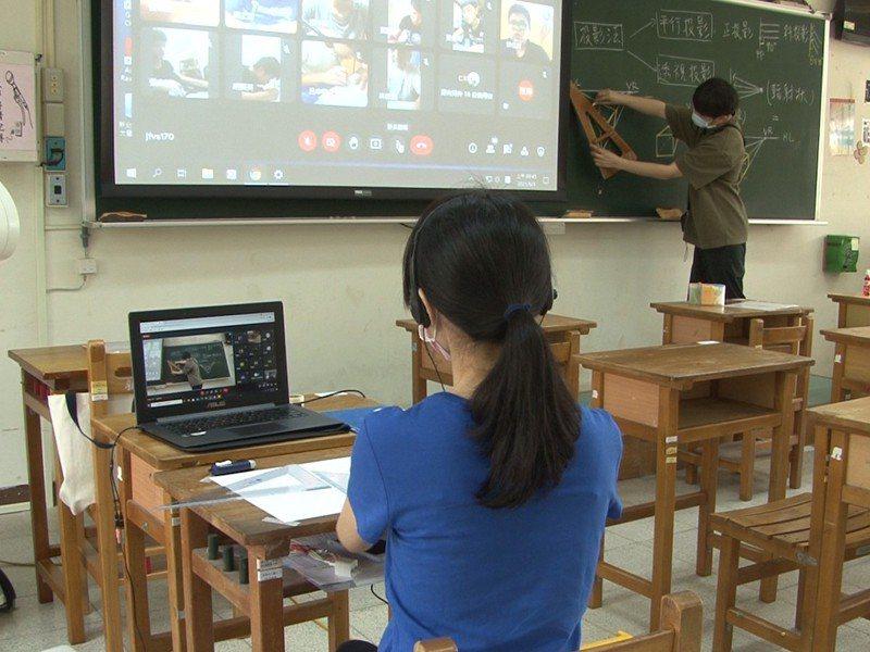 瑞芳高工老師進行多鏡頭直播,學生有九成五的繳交率,也展現學生適應線上學習的成果。 圖/觀天下有線電視提供