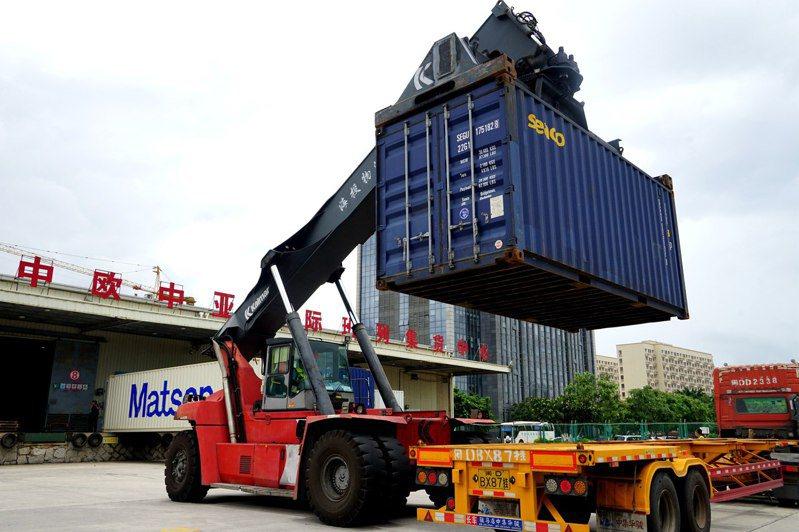 6月2日,一列X8098次中歐班列從廈門海滄站發車。這是中歐(廈門)班列開行的第1000列。圖為廈門中歐中亞國際班列集貨中心正在調運貨物。(中新社)