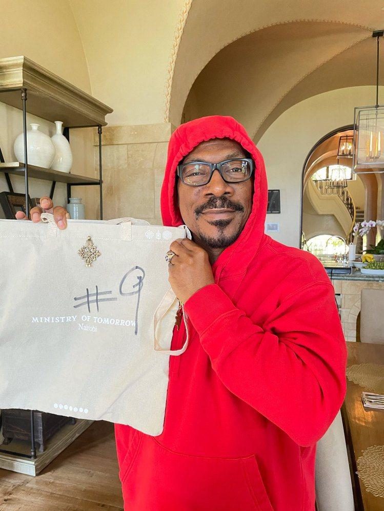 知名藝人艾迪墨菲及他為此次慈善拍賣創作的托特包。圖/佳士得提供