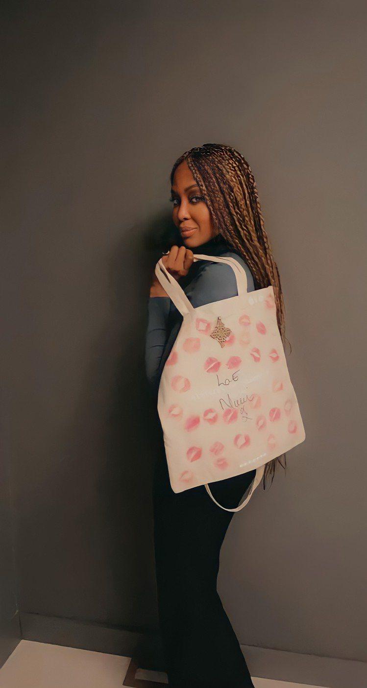 超模Naomi Campbell及她為此次慈善拍賣創作的托特包。圖/佳士得提供