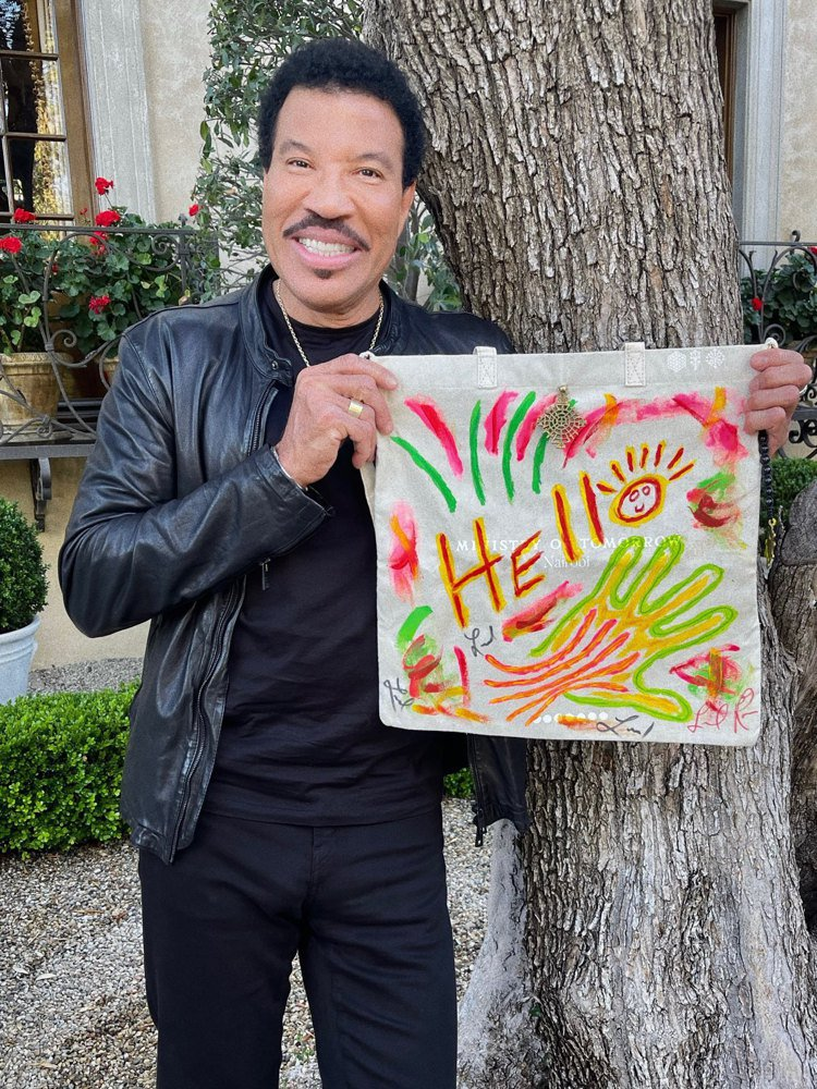 傳奇音樂家Lionel Richie及他為此次慈善拍賣創作的托特包。圖/佳士得提...