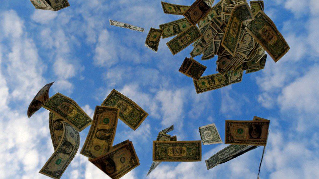美國大舉祭出貨幣與財政刺激措施,在鈔票撒得滿天飛之際,也引起通膨復熾疑慮,儘管聯...