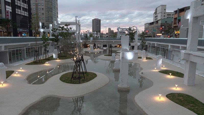 台南市政府以「城市潟湖」為設計概念,打造市區內最大的親水潟湖空間。圖/台南市都發局提供