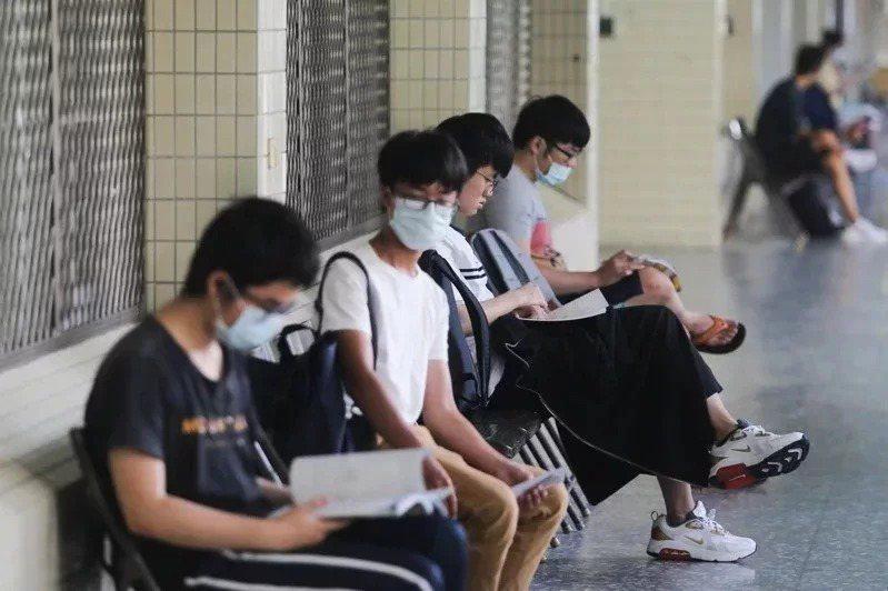 111學年大學個人申請最遲要於6月10日前舉行完畢,分科測驗要在7月10日前舉行、8月10日前放榜。本報資料照片