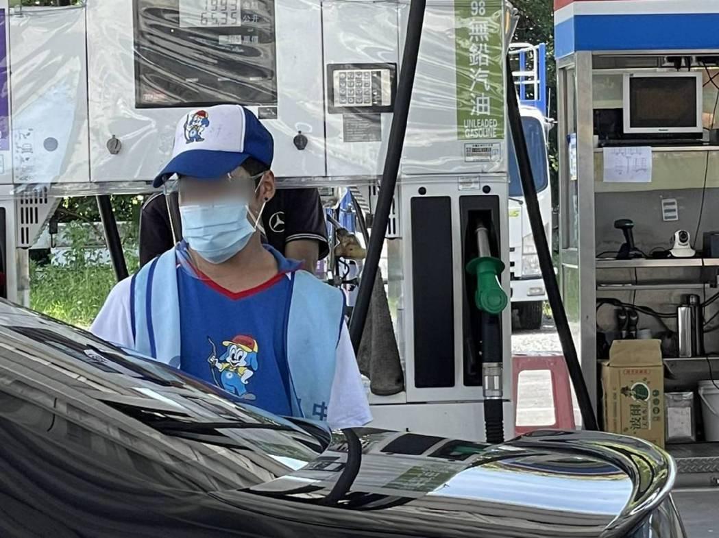 加油站擔心第一線的員工染疫,要求戴口罩及面罩做好保護,避免不小心被傳染。圖/讀者...