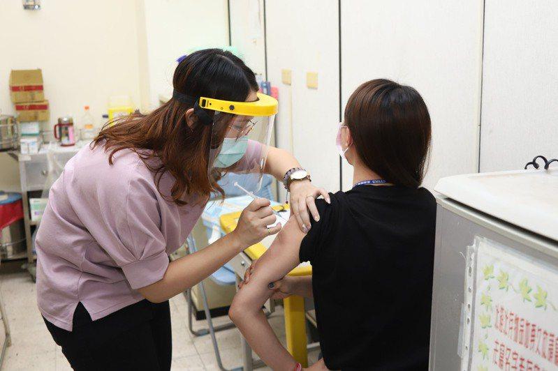 新冠肺炎本土疫情延燒,各地搶打疫苗。圖/嘉縣府提供