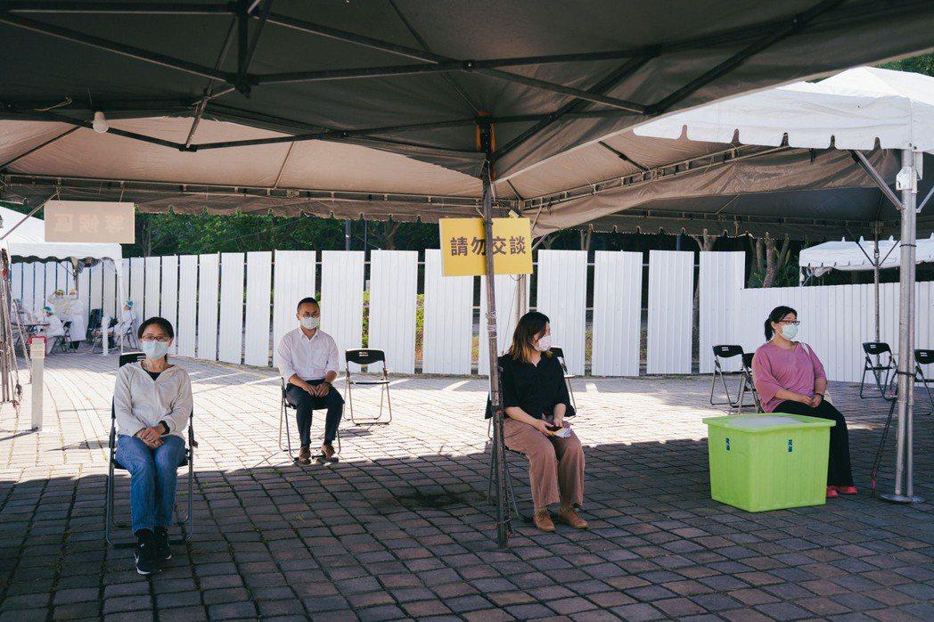 新竹市政府在竹科打造社區篩檢站,為全台首座科學園區篩檢站,現場拉出動線與距離,避...