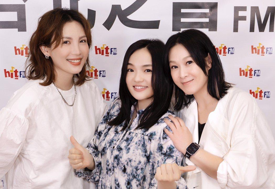 魏如萱(左起)與徐佳瑩作客劉若英主持的期間限定電台節目,相談甚歡。圖/Hit F