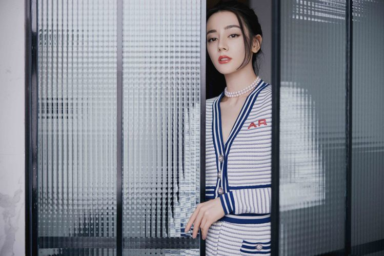 MIKIMOTO亞洲區品牌代言人迪麗熱巴以休閒褲裝搭配珍珠串鍊於上海出席活動。圖...