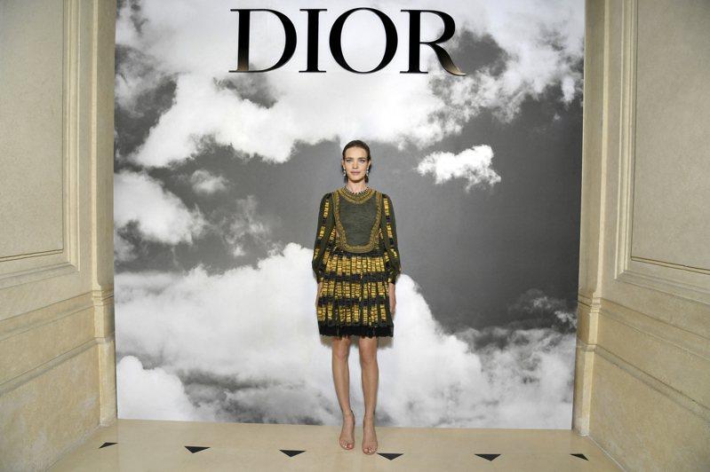 1984年阿諾德買下擁有Dior品牌的Boussac,並讓Dior轉虧為盈,在精品界闖出名號,圖為LVMH集團太子妃娜塔莉亞出席2019年Dior秋冬高級訂製服大秀。圖/DIOR提供