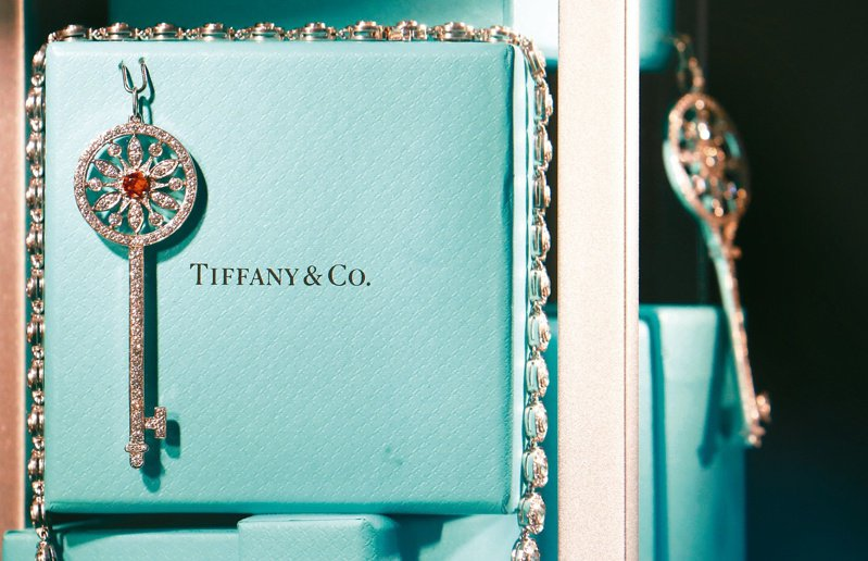 2019年LVMH宣布收購Tiffany,雙方今年1月完成交易,以158億美元的收購價格成為精品業史上規模最大的併購案。路透