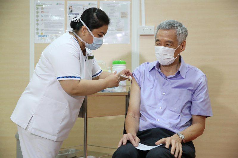 新加坡總理李顯龍(右)今年1月8日在新加坡中央醫院接種輝瑞新冠疫苗。歐新社