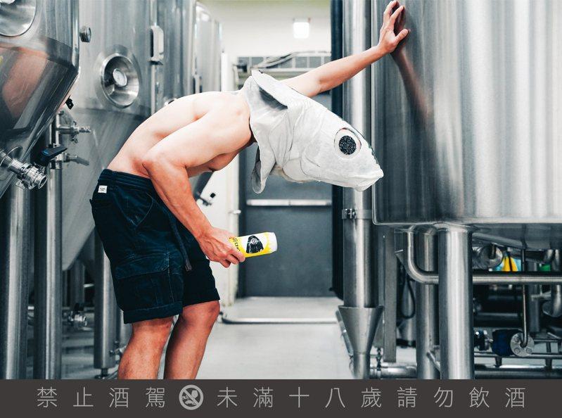臺虎和本地人氣樂團「拍謝少年」合作,聯名共同推出「嗨口味皮爾森」口味、瓶身設計、宣傳視覺,都源自樂團首張專輯「海口味」。圖 / 臺虎精釀提供。提醒您:喝酒不開車、開車不喝酒。