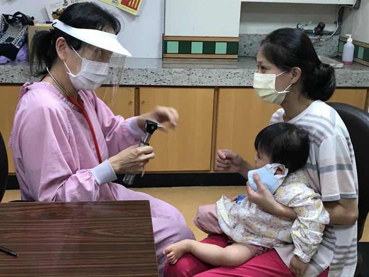有些幼兒染疫的症狀輕微或類似「川崎氏症」,醫師呼籲小孩若長出小紅疹、發燒或相關接...
