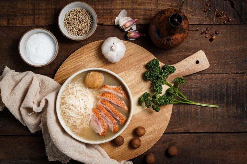 新竹喜來登「風城鴨肉三寶米粉」真空調理包,選用100_純米粉、貢丸和煙燻鴨肉展現新竹特色風味。圖/業者提供