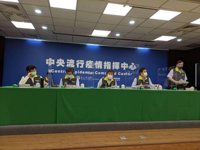中央流行疫情指揮中心記者會,第一排由左到右疫情監測組組長周志浩、專家諮詢小組召集...