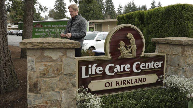 去年2月底,美國華盛頓州柯克蘭市的「生命護理中心」長照機構(圖),爆發新冠肺炎院...