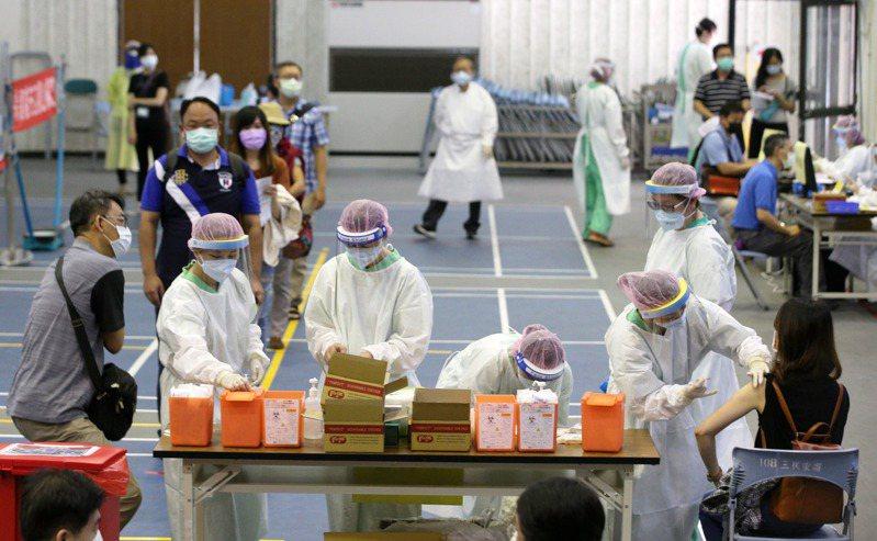 指揮中心2日公布大規模接種計畫,目標每周接種100萬劑,遭質疑「疫苗在哪裡」,認為計畫恐跳票。圖為高雄設置大型疫苗注射站。記者劉學聖/攝影