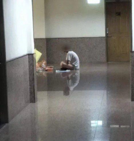 文大學生爆料,大倫館全館住宿生昨天都被安排篩檢,但有一名學生從前晚待在宿舍走道、...