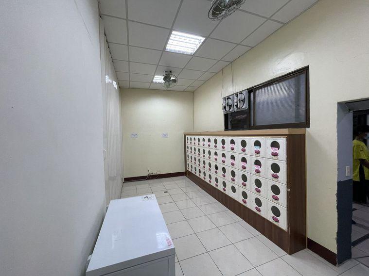 台中市首例確診死亡者骨灰暫時安置於崇德館海葬暫厝區。圖/台中市政府提供
