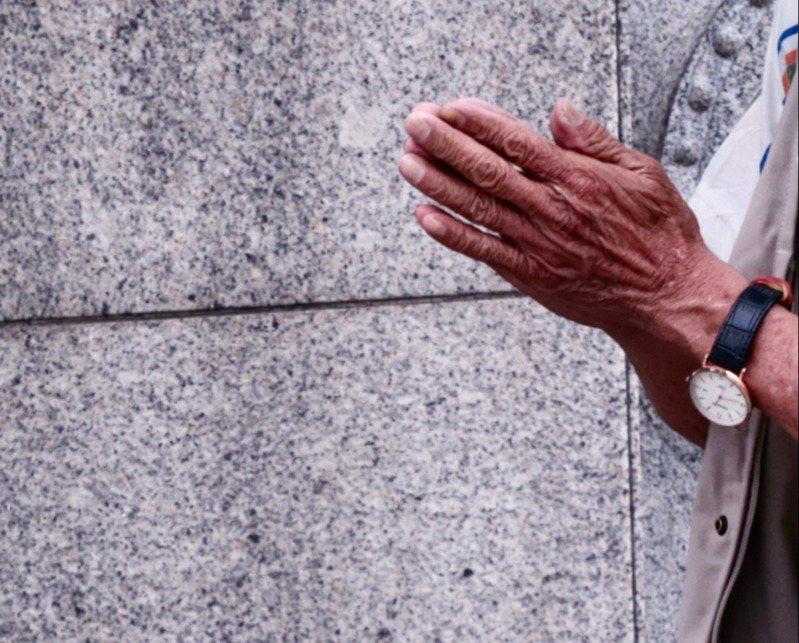 染疫死亡者數量急遽攀升,許多家屬無法見到染疫死亡者最後一面,2日指揮中心稱沒規定要24小時火化,讓殯葬業者譁然。圖為示意圖。圖/聯合報系資料照片