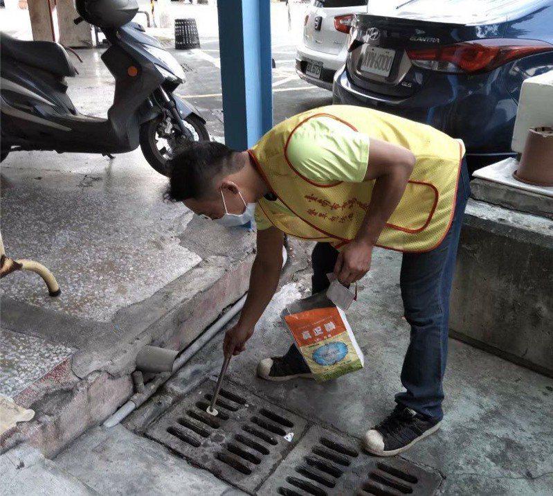 梅雨鋒面將來到,台南市環保局加強投藥,做好登革熱防治。圖/南市環保局提供