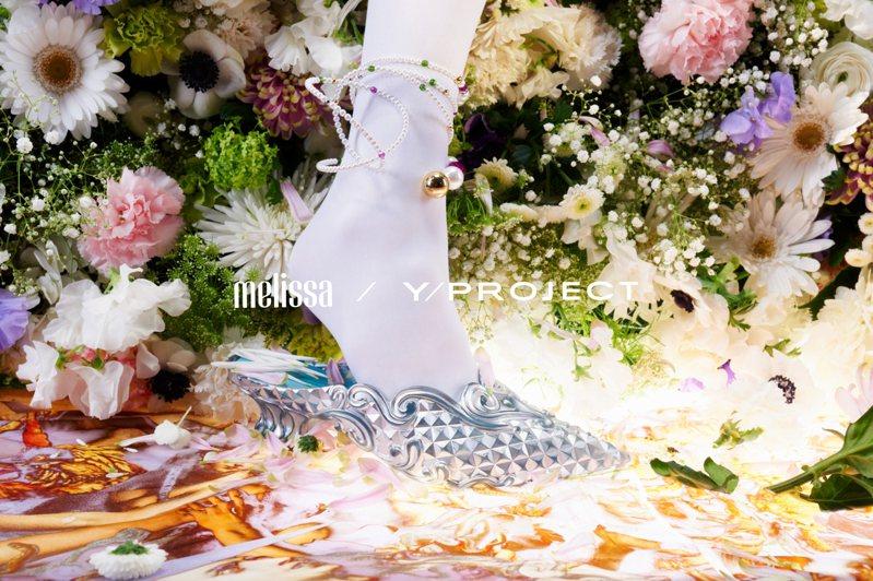 前衛時尚品牌Y/PROJECT再呈現春夏系列時,再度與MELISSA鞋履合作,推出一系列方便穿搭又有粉嫩配色的拖鞋。圖/Y/PROJECT提供