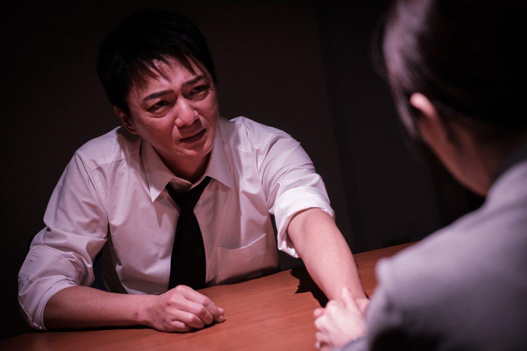 藍葦華在「日蝕遊戲」中被利用而登上企業高層,面對飾演老婆的楚宣不自覺爆淚。圖/民...