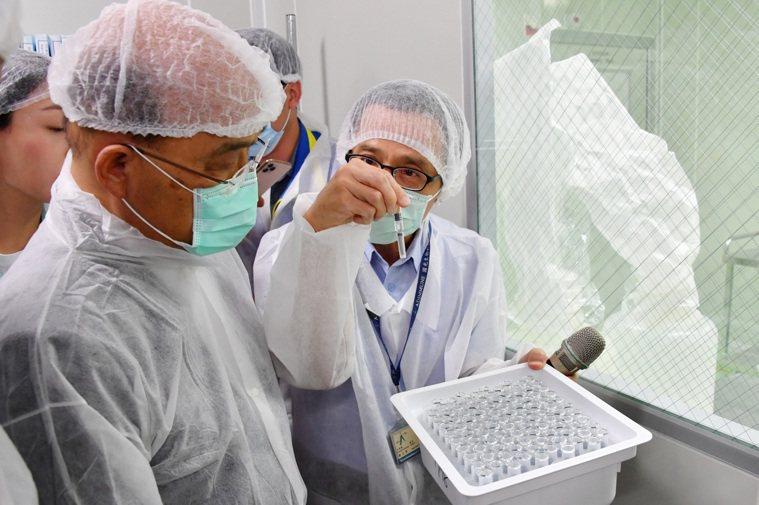 國產疫苗尚在進行第二期臨床試驗,指揮中心就先向2家疫苗廠下單各500萬劑訂單,引...