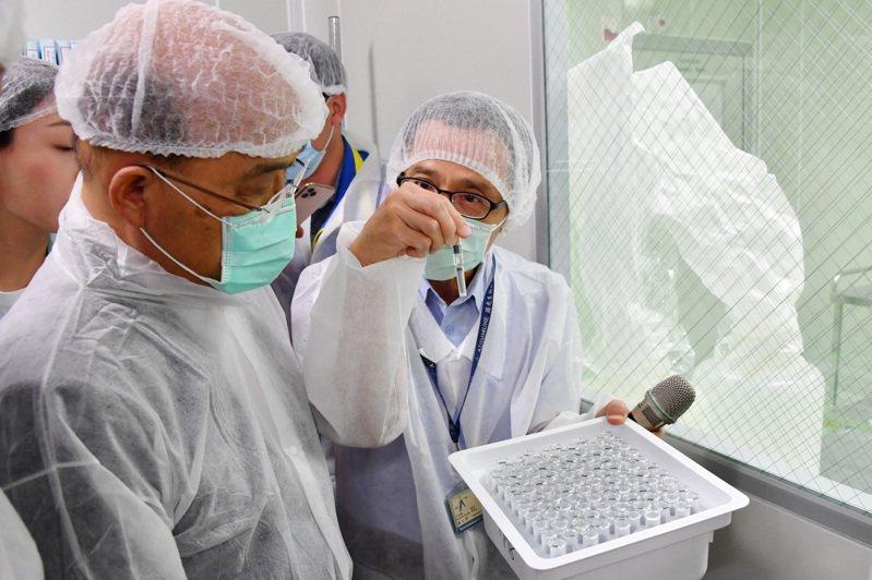 國產疫苗尚在進行第二期臨床試驗,指揮中心就先向2家疫苗廠下單各500萬劑訂單,引發外界疑慮。圖為行政院長蘇貞昌去年10月參訪國光生技。圖/行政院提供
