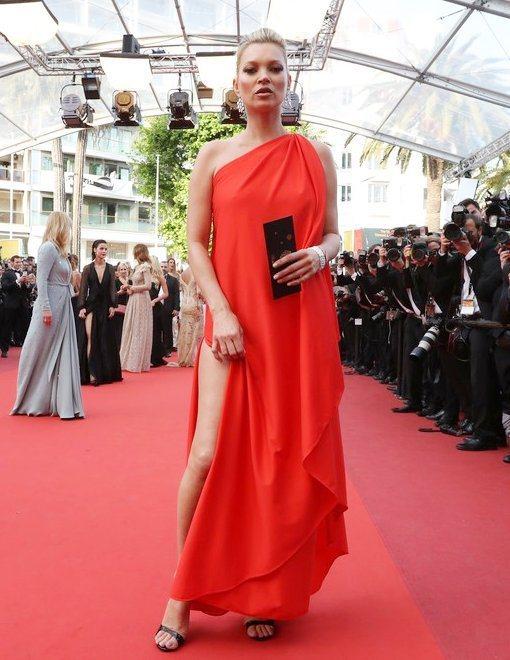英國超模凱特模絲在2016年的坎城影展中,穿上一襲紅色古董侯斯頓禮服,這件禮服是...
