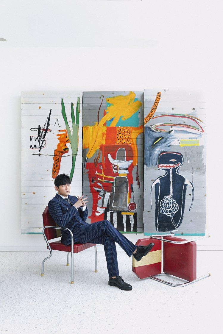 華語流行音樂天王周杰倫與本次領銜拍品、巴斯奇亞1985年作「無題」。圖/蘇富比提...